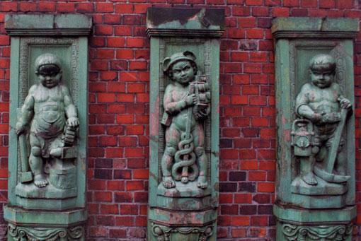 Detale z wyburzonej kamienicy przy ul. Piekarskiej