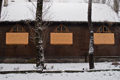 Okna drewnianego kościółka